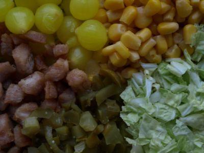 Składniki na sałatkę z cebulką marynowaną