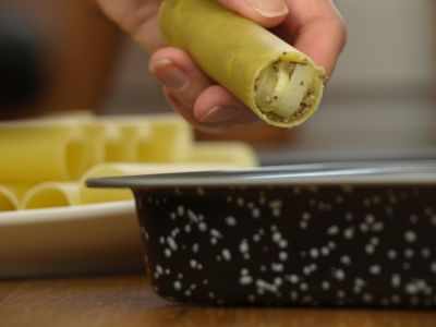Nadziewanie makaronu cannelloni