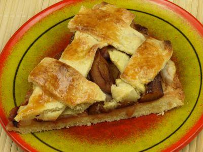 Kruche ciasto z gruszką i śliwkami