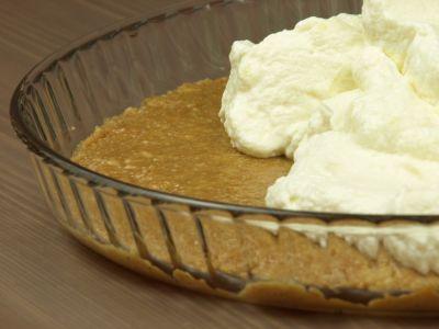 Deser z białą czekoladą - warstwa bitej śmietany