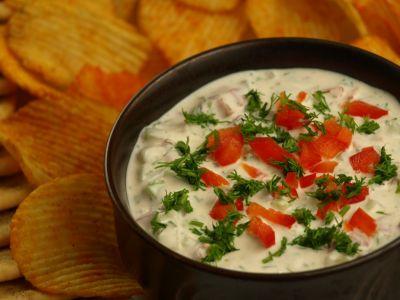 Dip jogurtowo-warzywny z chipsami