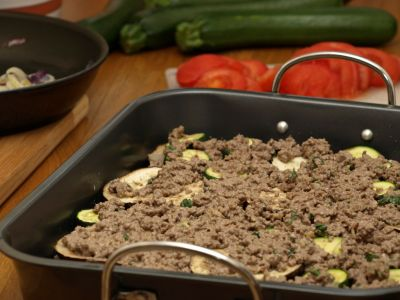Przygotowywanie musaki - warstwa z mięsa