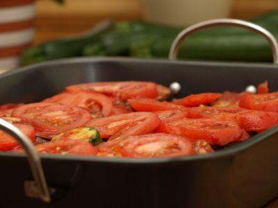 Przygotowywanie musaki - warstwa pomidorów