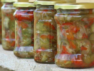 Ogórki z papryką i cebulą w occie