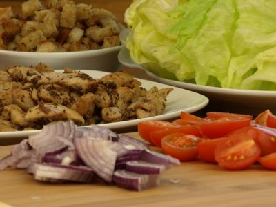 Składniki do sałatki z kurczakiem i grzankami