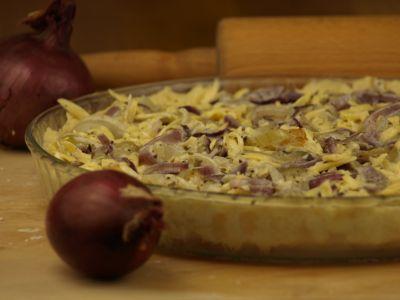 Tarta serowo-cebulowa przed pieczeniem