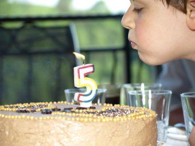 Zdmuchiwanie świeczki z tortu