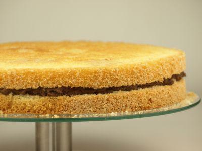 Przekładanie tortu masą
