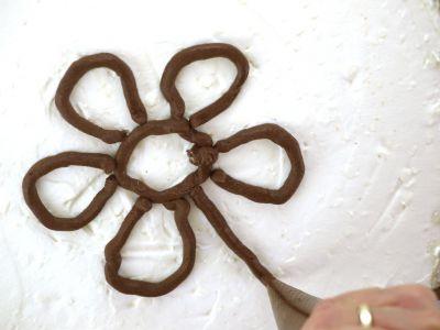 Kwiatuszek na torcie czekoladowym