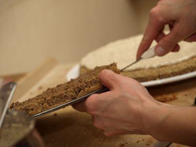 Przecinanie biszkopta na tort orzechowy