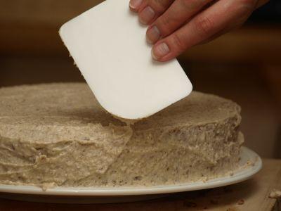 Nakładanie masy na tort orzechowy