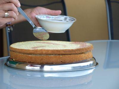 Tort rabarbarowy - ponczowanie biszkoptu