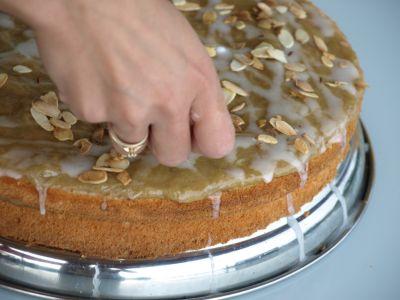Tort rabarbarowy - zdobienie płatkami migdałowymi