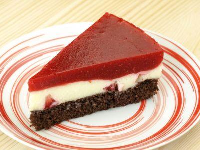 Ciasto budyniowe z musem truskawkowym