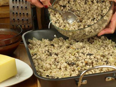 Zapiekanki makaronowa - warstwa mięsa z pieczarkiami