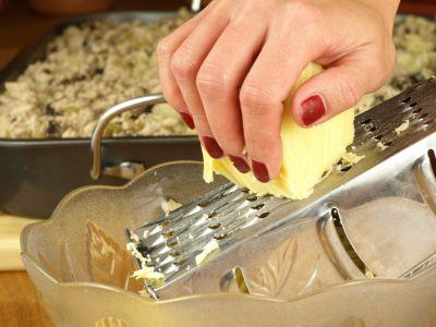 Ucieranie sera do zapiekanki makaronowej