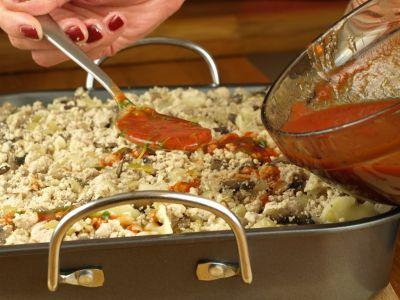 Zapiekanki makaronowa - polewanie sosem pomidorowym